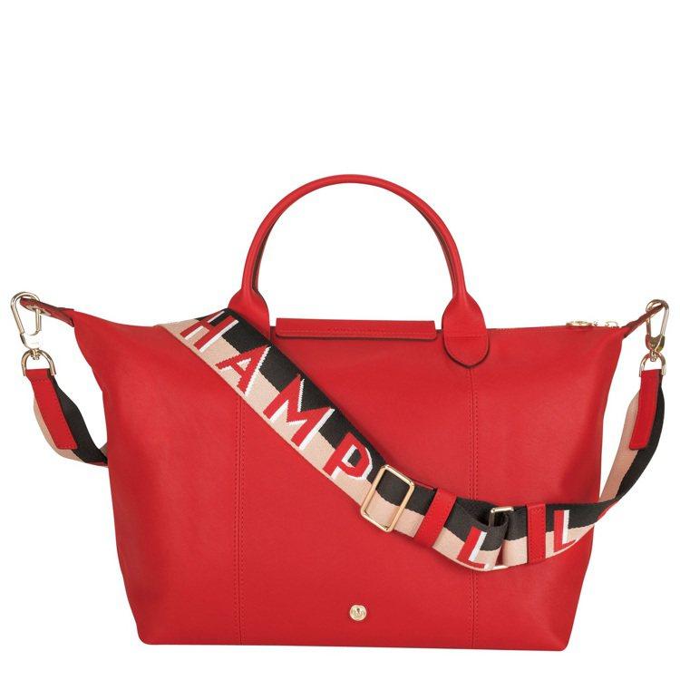 Le Pliage Cuir Webbing朱紅色中型手提包,售26,100元。...