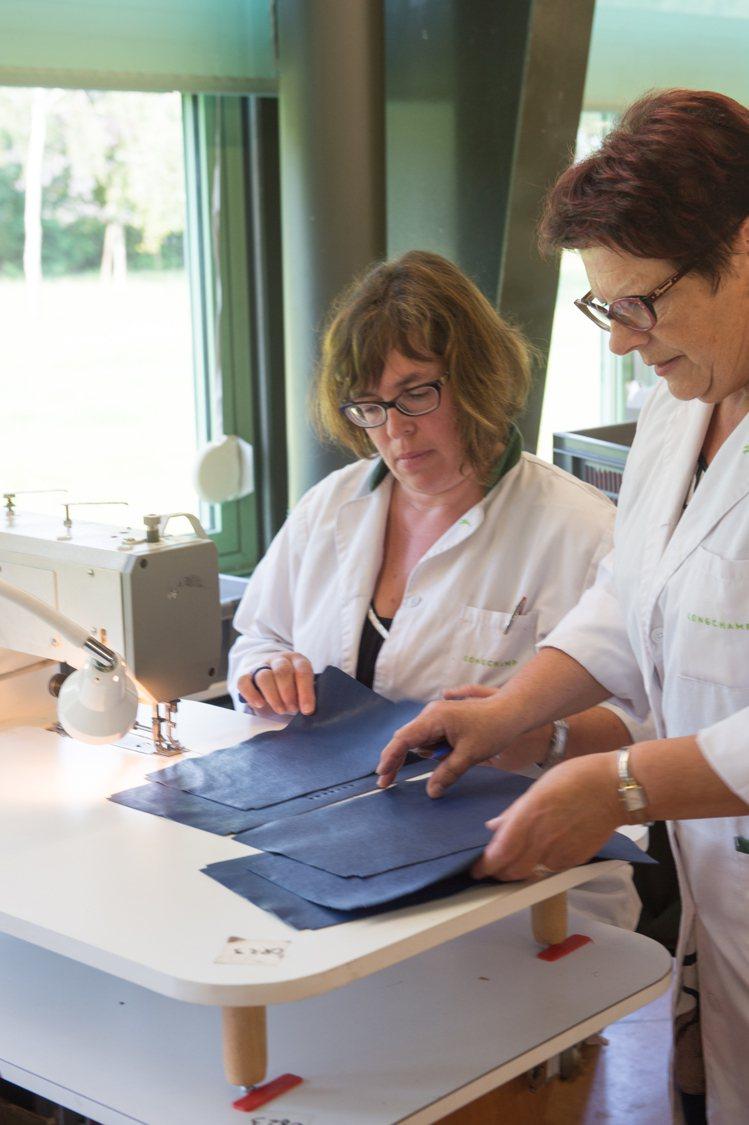 透過柔軟質感的皮革選用,Le Pliage Cuir小羊皮摺疊包可折疊收納、不留...