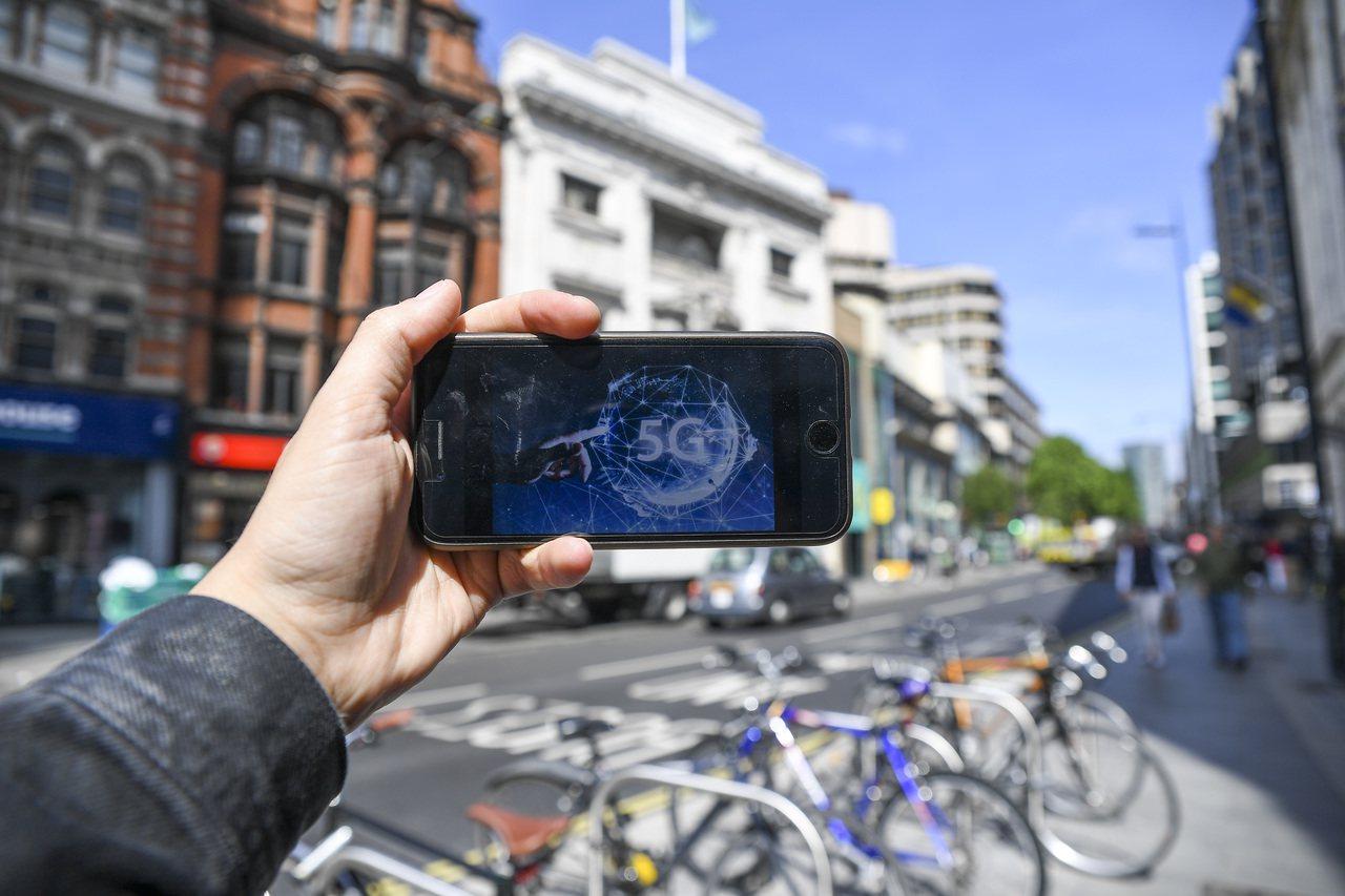 預計於今年下半年,大陸市場將有一波5G新手機亮相。(新華社)