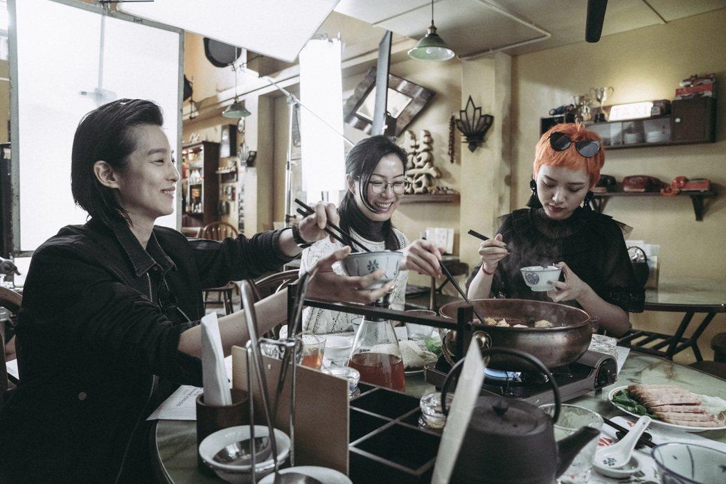 賴雅妍(左起)、鄭秀文以及李曉峰演出同父異母三姊妹,戲裡戲外感情都好。圖/華映提...