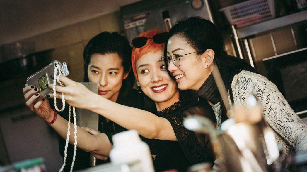 賴雅妍(左起)、李曉峰以及鄭秀文演出同父異母三姊妹,戲裡戲外感情都好。圖/華映提