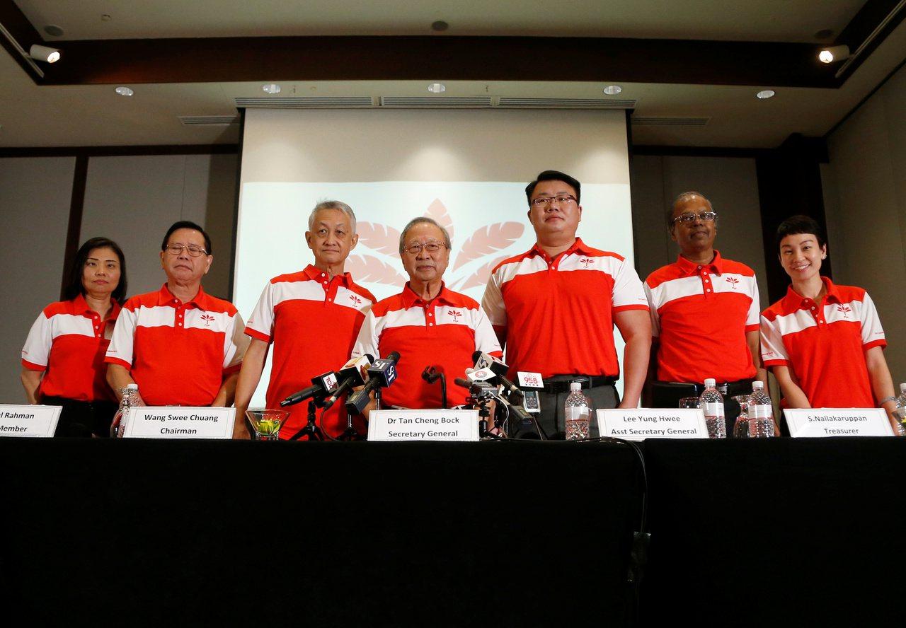 新加坡最新成立的在野黨前進黨26日舉行創黨記者會,中為領導人陳清木。路透