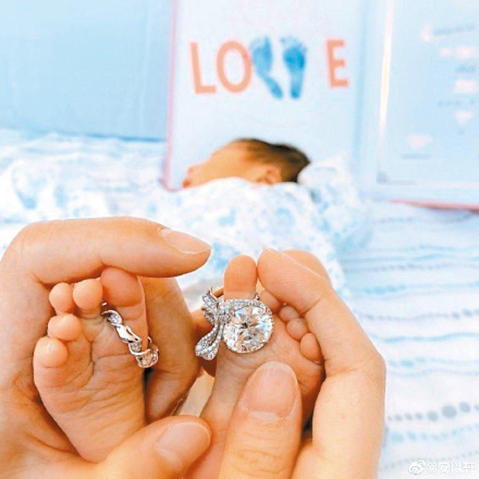 安以軒兒子腳上戴鑽戒。圖/摘自微博