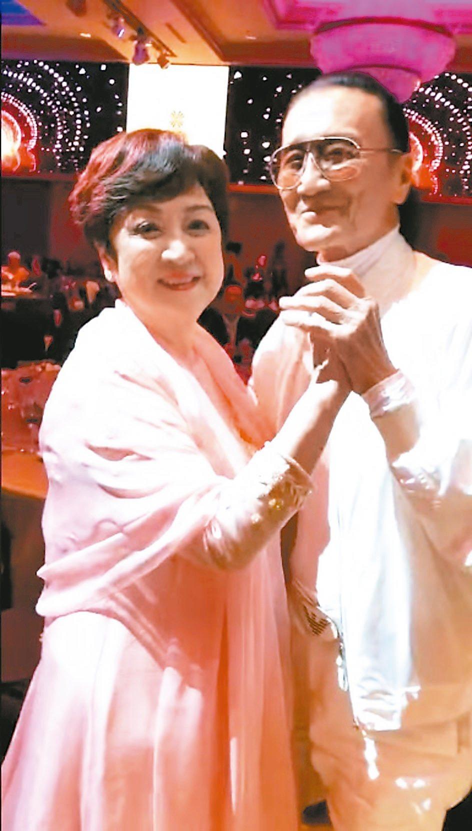 甄珍與謝賢近日恢復往來,在影展星光大道後的感恩晚宴上攜手共舞。圖/翻攝自臉書