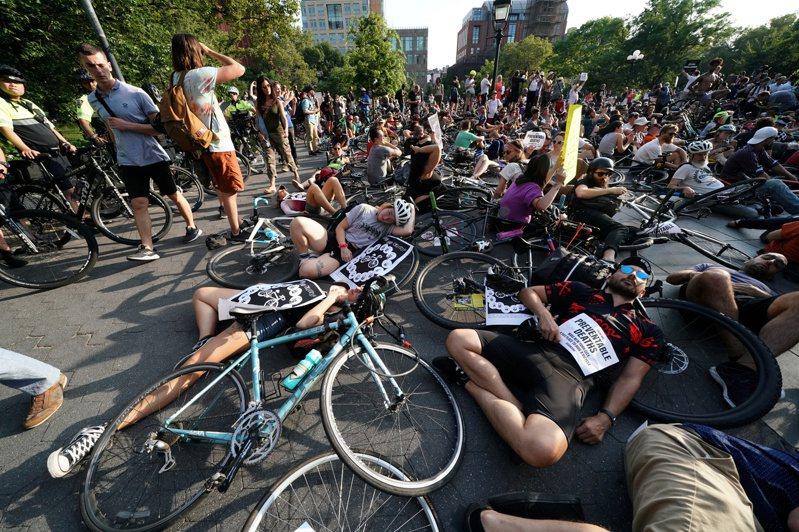 民眾9日在紐約曼哈坦躺在地上裝死,希望世人注意紐約自行車騎士不安全的問題。(路透)