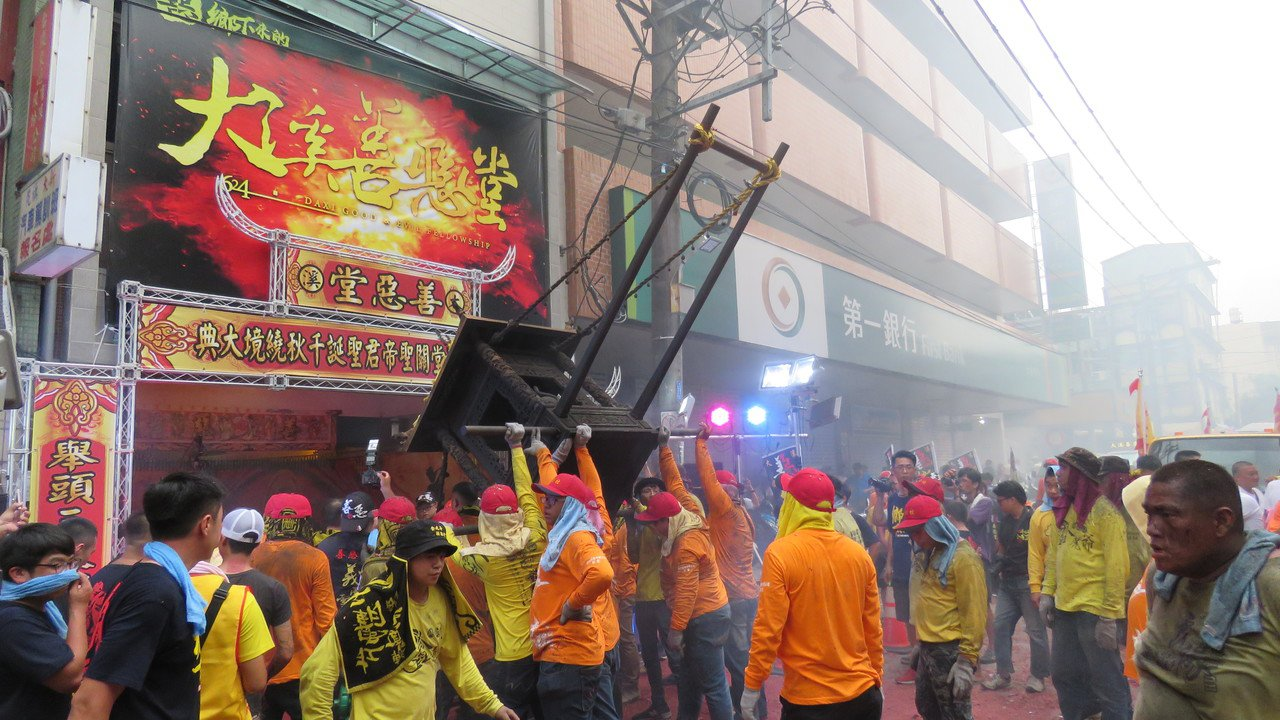 桃園大溪普濟堂關公生慶典,街頭遶境熱鬧滾滾。記者張弘昌/攝影