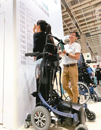輪椅業者推出「站立型輪椅」,幫助準失能者復健,減少身心負擔。 記者陳雨鑫/攝影