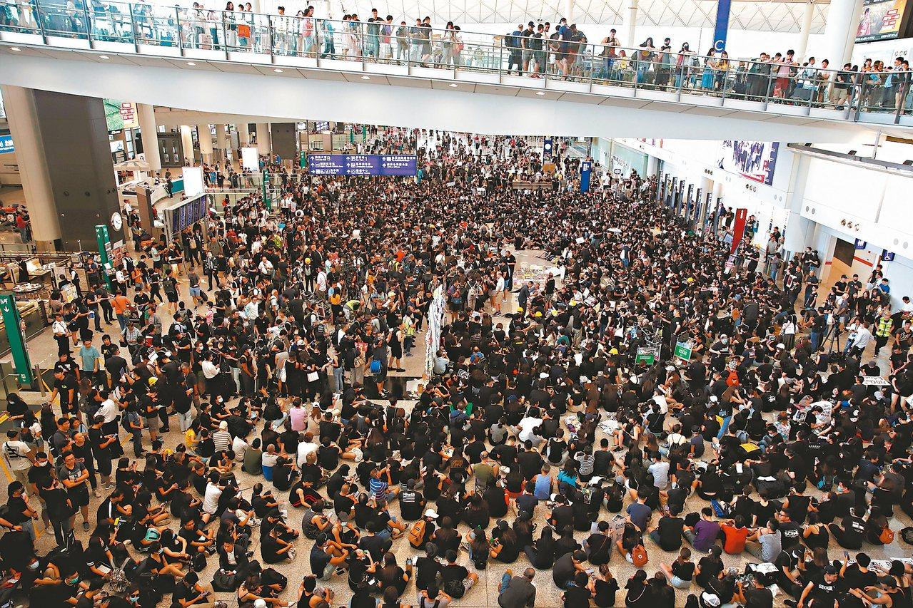 香港赤鱲角機場發生廿一年來首度聚集抗爭事件,身著黑衣示威者要求港府起訴元朗施襲者...