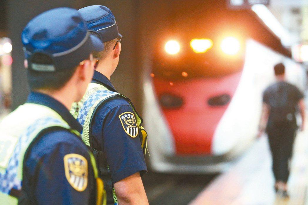鐵路警察李承翰告別式當天,台鐵全國各地列車,在起靈時間11時40分鳴笛三秒悼念。...