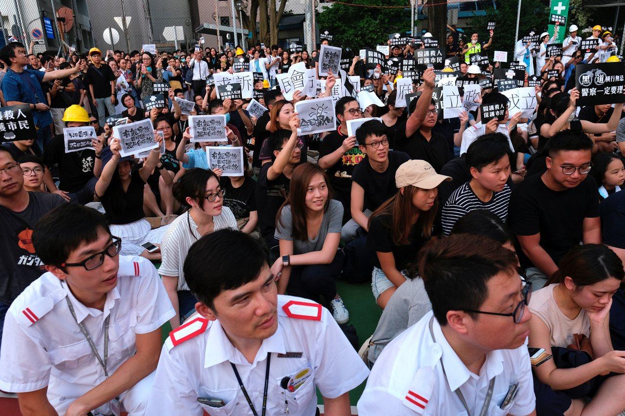 香港機場昨天上演抗爭元朗暴力事件,有人計畫今明兩天在元朗、上環繼續示威。 (路透...