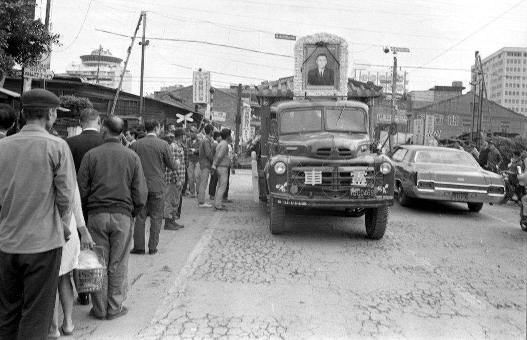 高施傳靈柩行經路段,道路旁皆站滿民眾誌哀路祭。 圖/聯合報系資料照片
