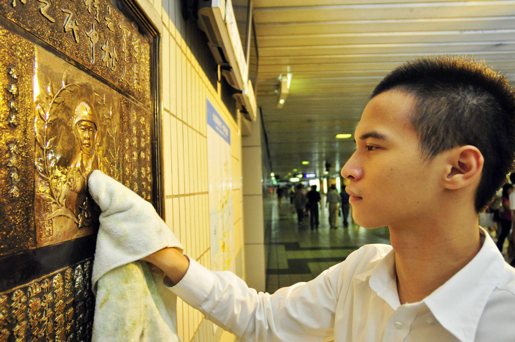 憲兵楊榮華的碑文在台北火車站地下一樓,駐守車站的憲兵,每天會擦拭紀念牌。 圖/聯...