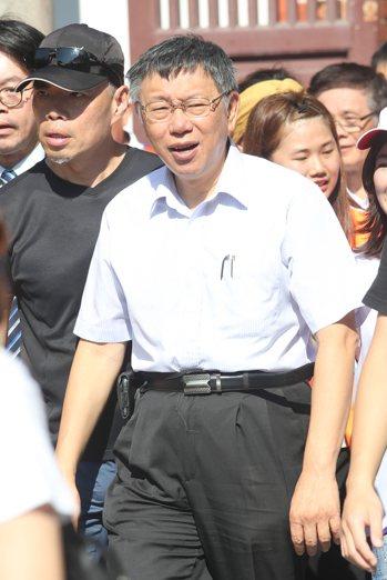 高雄市長韓國瑜斷言,柯文哲個性好強,最後一定會出來選。圖為柯文哲上午參加免費肝炎...