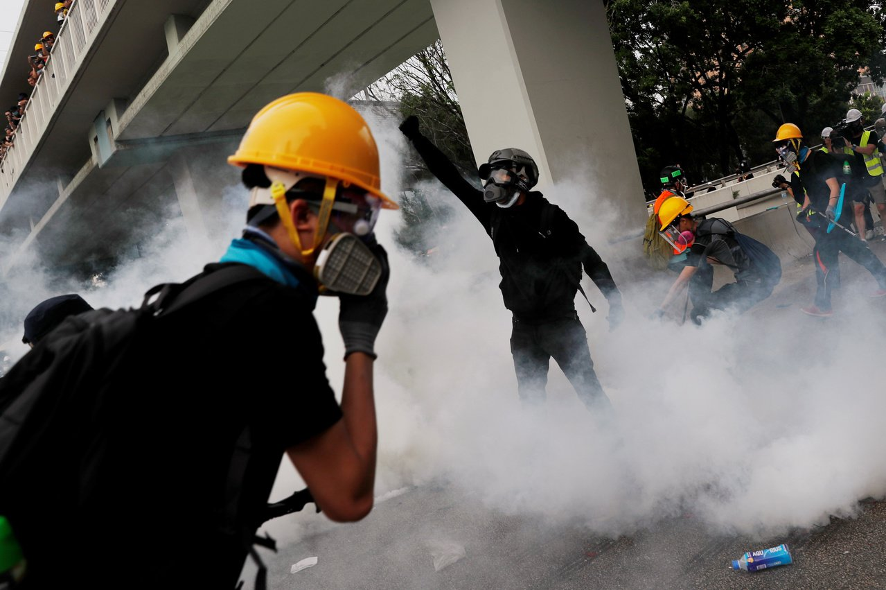 香港大批示威者下午5時位於元朗泰祥街爆發衝突,防暴警察下午5時11分左右,施放催...