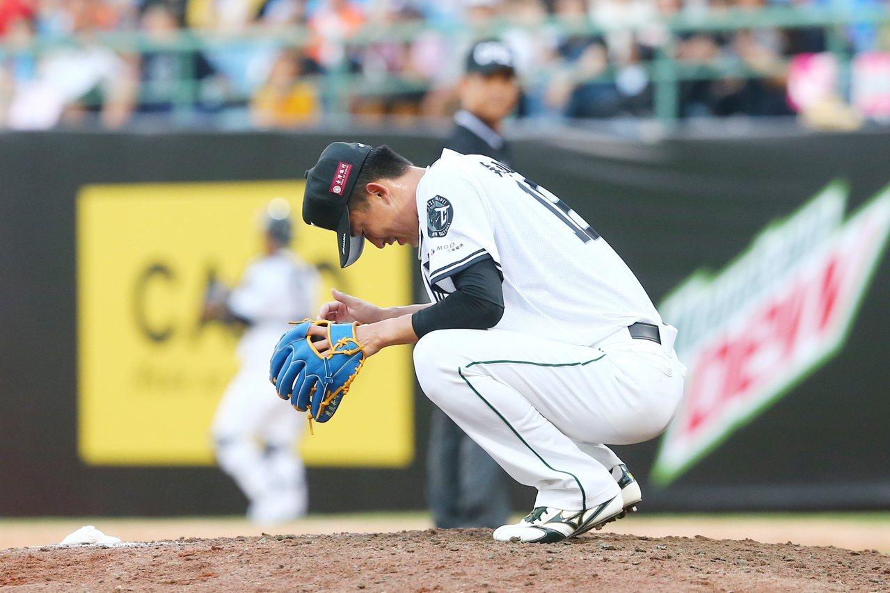 中職明星賽,中華隊投手吳昇峰遭強襲球擊中。記者王騰毅/攝影