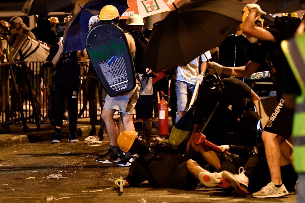 香港醫管局稱,截至晚上9時,共有9人受傷送往博愛醫院,包括8男1女。其中5人情況...