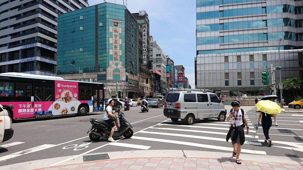 交通違規檢舉中,轉彎或變換車道「未打方向燈」高居第二。 圖/聯合報系資料照片