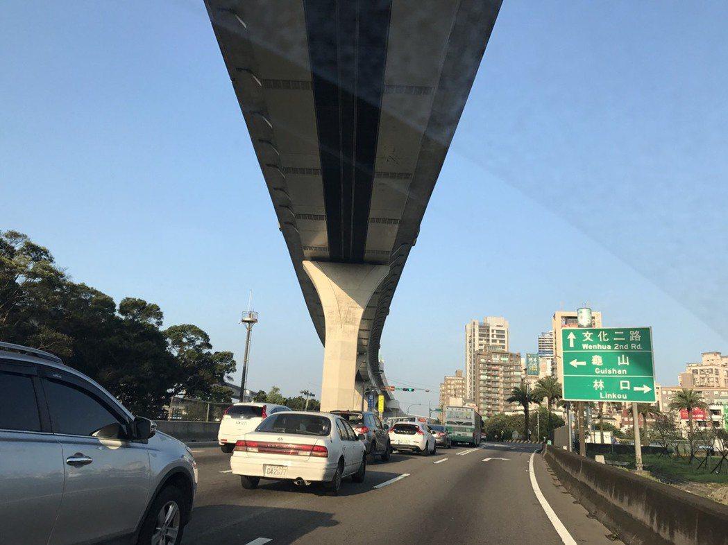 下上國道跨越區分主線和其他車道「虛線」時,有些駕駛也認為是「順著路走」,不知沒打...
