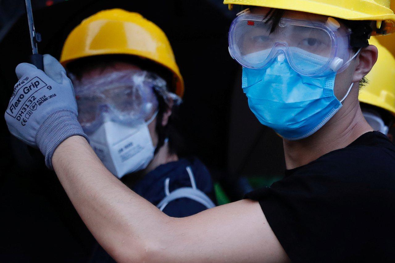 香港最近流行戴口罩和頭盔,以免身分遭到識別,被鎖定身分。 (美聯社)