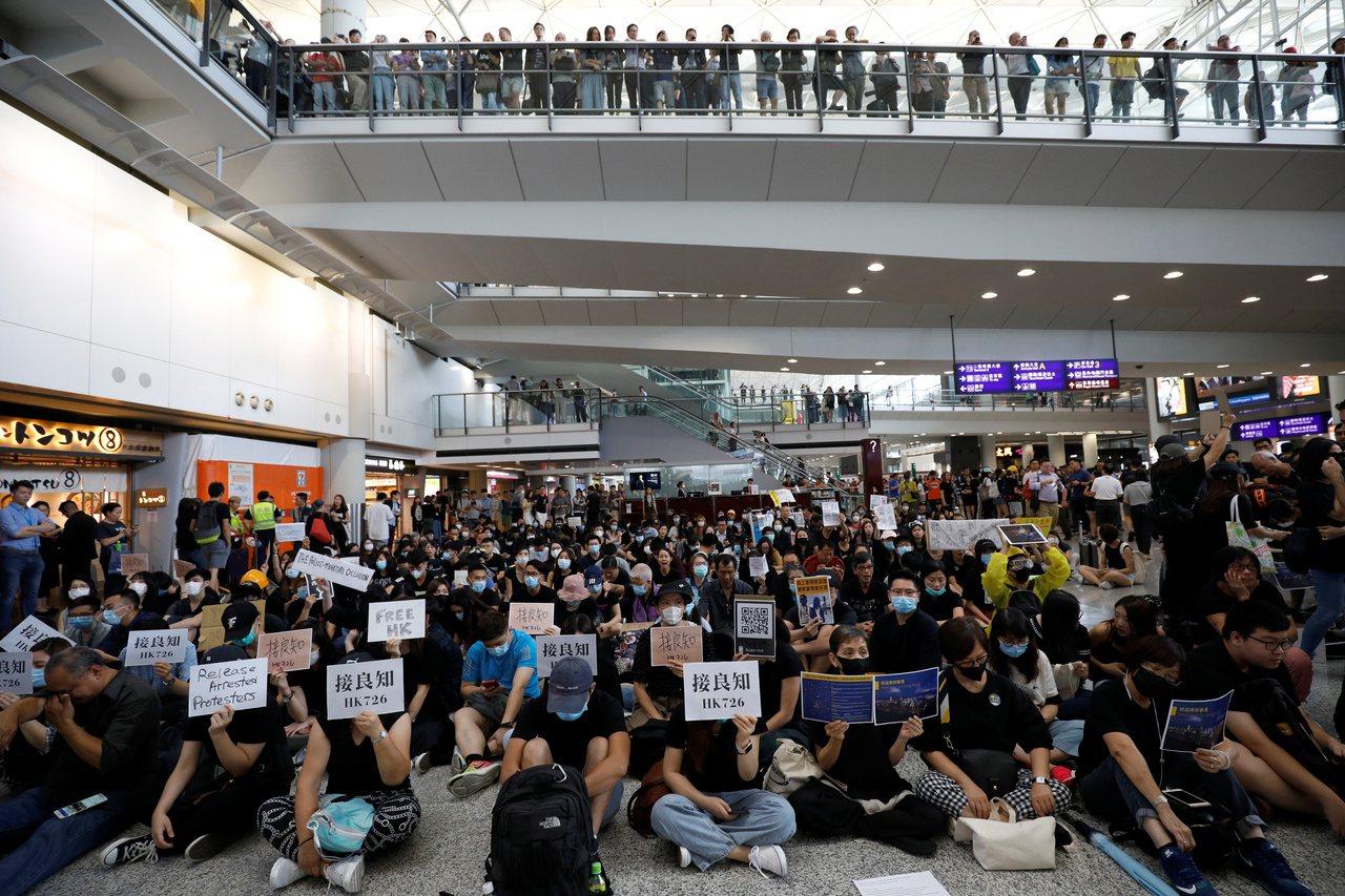 數千香港市民到香港機場靜坐,抗議元朗暴力事件以及警方不作為。 (路透)