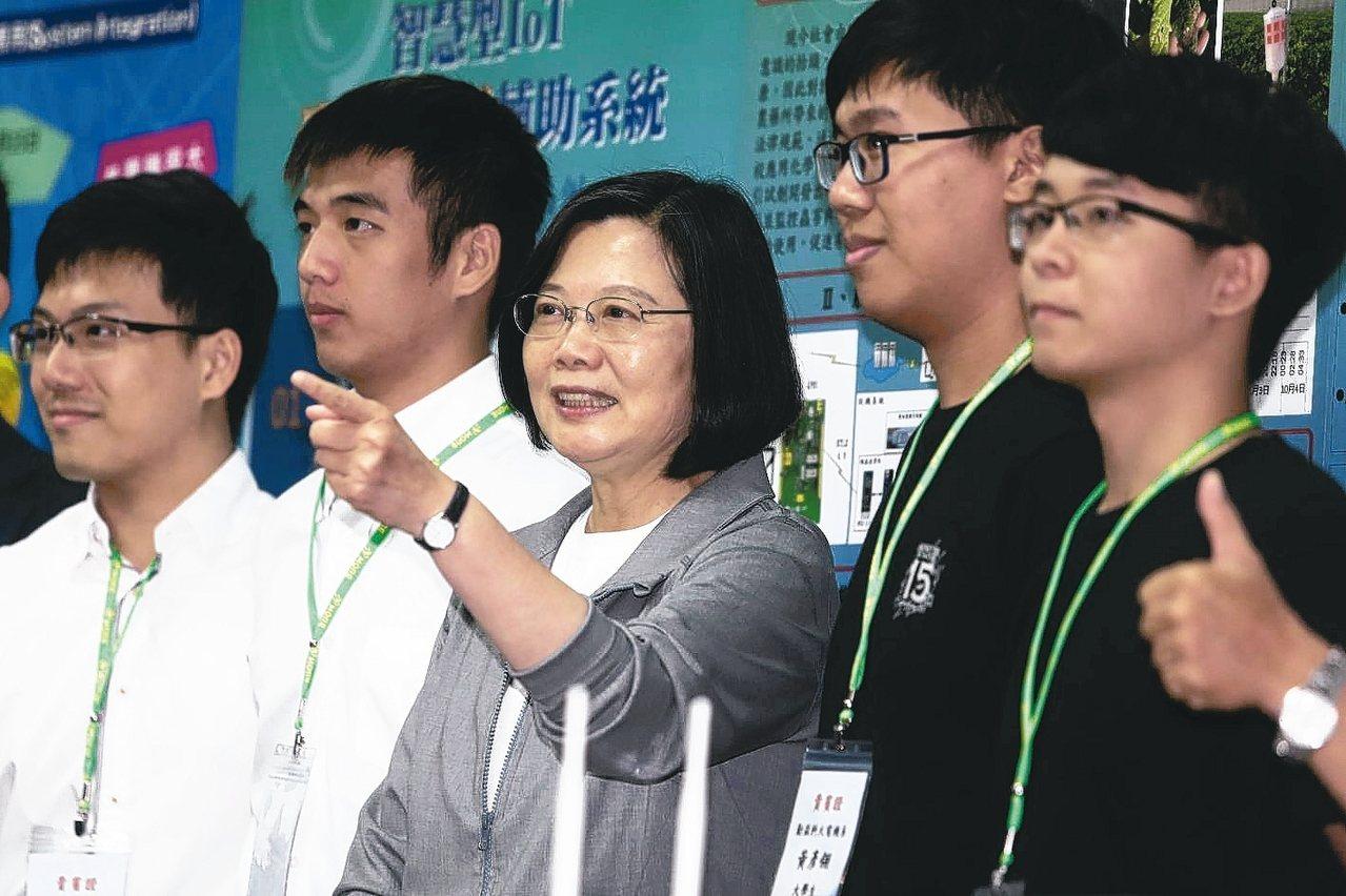 蔡英文總統(中)昨天下午前往台中車王電子參觀時與學生合影。 記者黃仲裕/攝影