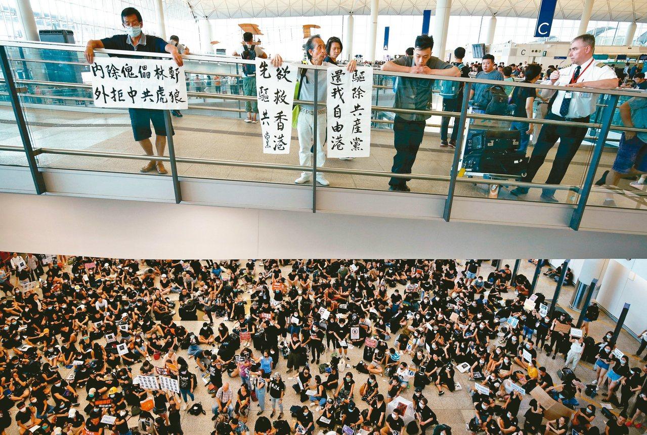 香港赤鱲角機場26日發生大規模靜坐活動,示威者要求港府起訴元朗施襲者。 路透