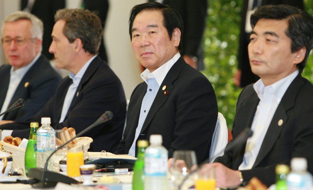 日本自民黨前財務大臣額賀福志郎(右二)。 新華社