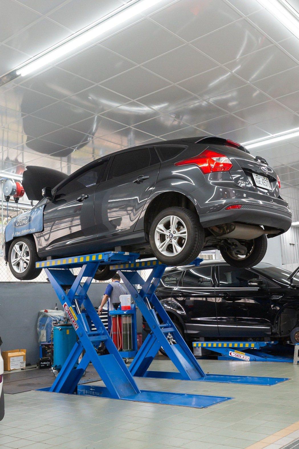 福特中太汽車塔悠服務廠採用全新的頂高機與維修設備、透亮的採光照明與通風設計,提供...