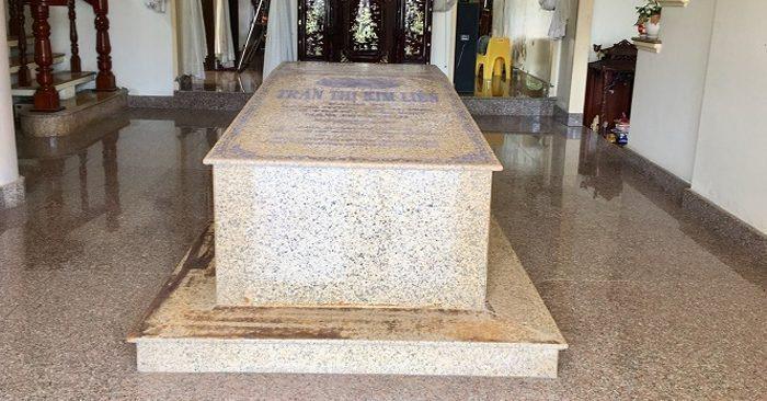 越南女子蓮(TranThi Kim Lien)的棺木被擺在大廳中央。圖取自odd...
