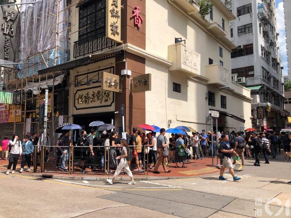 在近下午3時,有逾百人到大馬路的恆香老餅家排隊購買老婆餅,人龍排至店外。 記者吳...