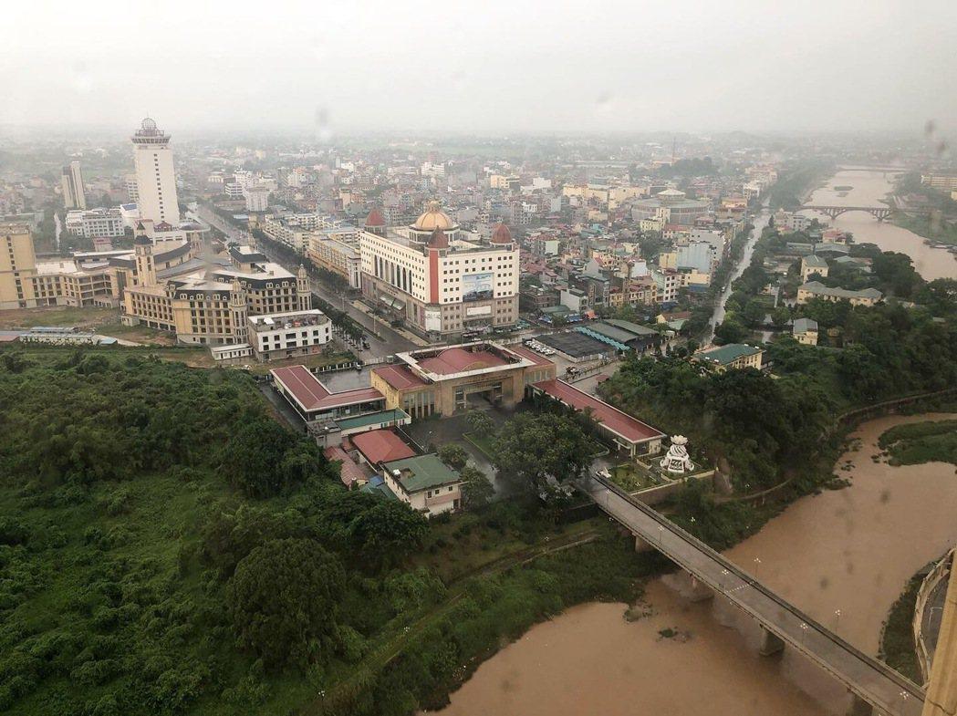 從「東興端」看出去的景色,北崙河橋的另一端即為越南「芒街市」。特派記者許依晨/攝...