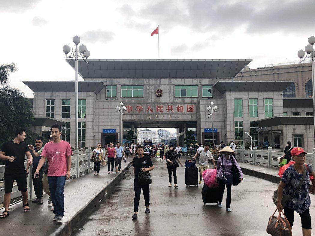 中國大陸的賺錢機會多,只要辦張邊民證就可以到大陸工作,吸引愈來愈多越南人到東興淘...