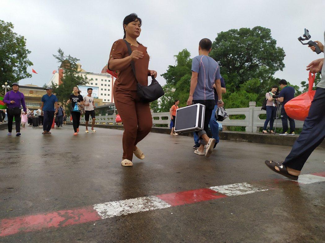 中國大陸與越南邊境的東興口岸每天一早都上演這麼一場刺激的百米賽跑,跑得愈快的人愈...