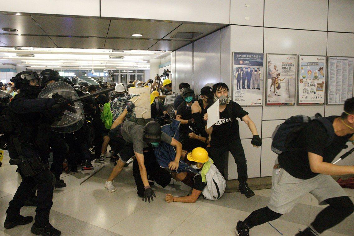 突然衝入元朗地鐵站內,追打撤退示威者的速龍小隊。 圖/美聯社