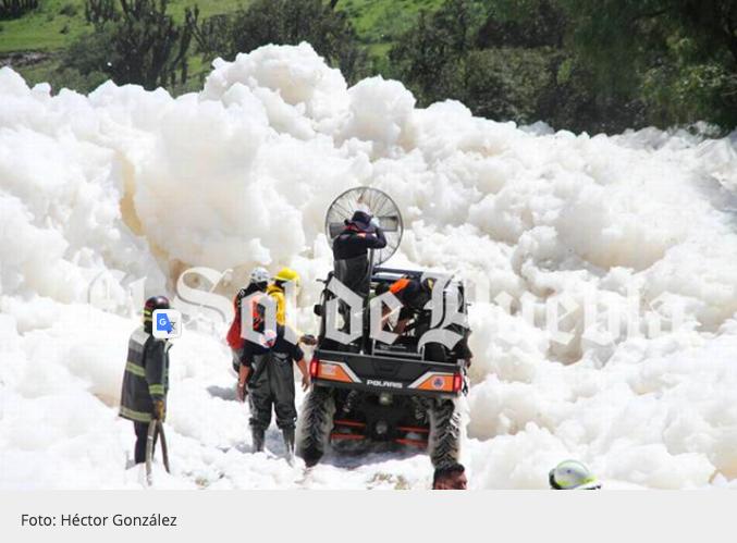 救援人員使用大型風扇試圖吹散泡泡山。取自El Sol de Puebla