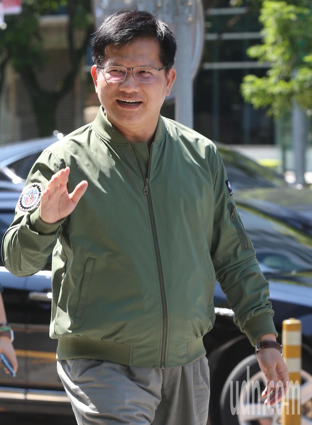 交通部長林佳龍上午針對華航涉嫌配合國安人員走私菸品醜聞,表示按法律來看就是走私案...