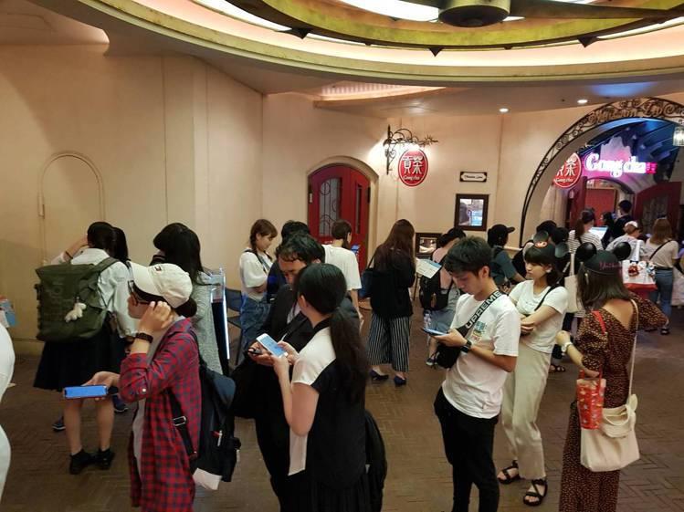 在日本貢茶門口,可見到長長的珍珠奶茶排隊人龍。記者陳睿中/攝影