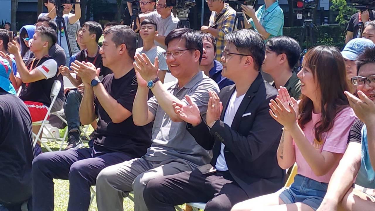 交通部長林佳龍今天出席Gogoro記者會前,發表對於華航談話。記者董俞佳/攝影