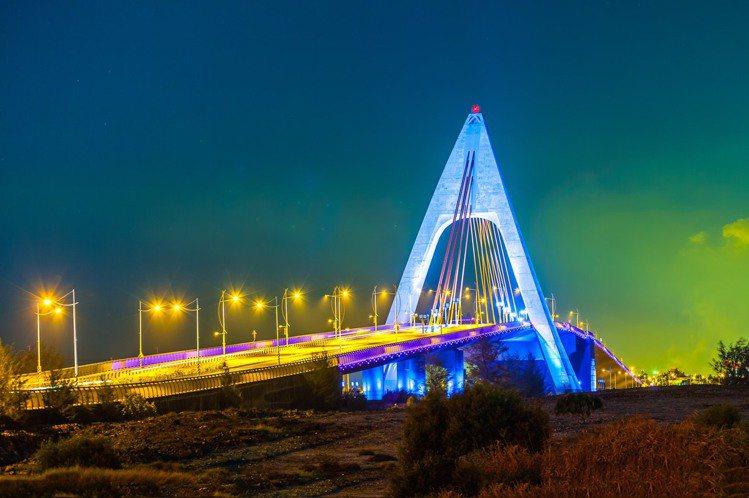屏東大鵬灣鵬灣跨海大橋夜晚浪漫迷人的光雕秀。記者潘欣中/翻攝