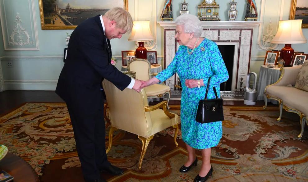 熱浪來襲,英國女王(右)也靠Dyson的無扇葉風扇消暑。路透