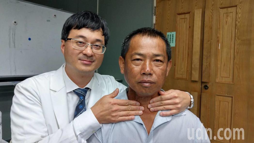 台中榮總耳鼻喉頭頸部主任王仲祺(左)示範自我檢查甲狀腺腫塊,右為羅姓園藝造景公司...