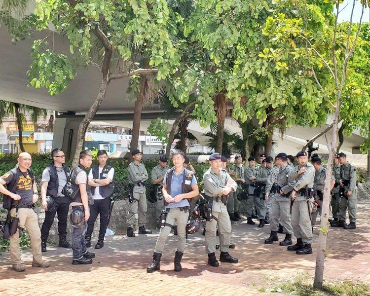 大批配備胡椒噴霧及頭盔的警員,亦在元朗一帶戒備。(星島網)