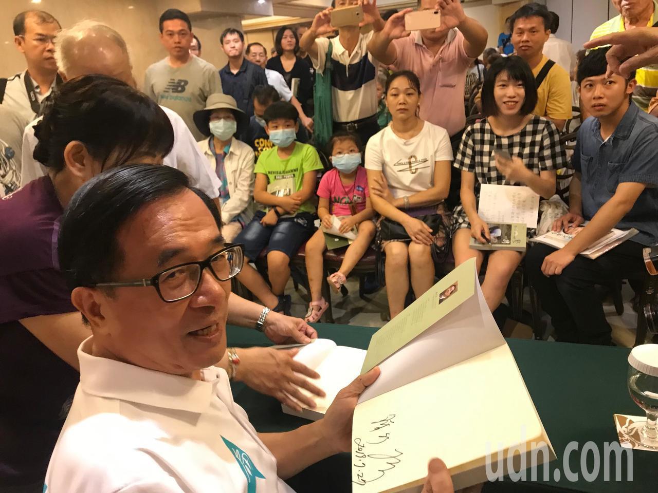 前總統陳水扁今到台中辦簽書會,現場湧入上百名扁迷。記者洪敬浤/攝影