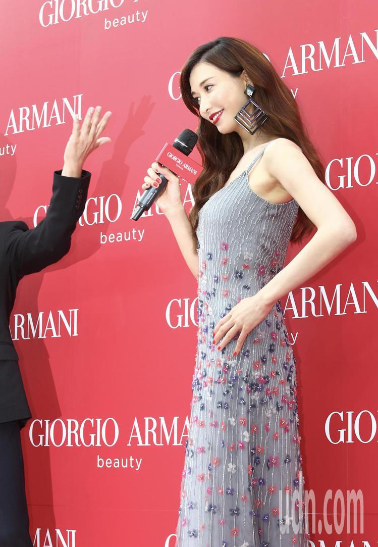 宣布結婚喜訊後,首度公開露面的藝人林志玲,下午代言活動時吸引大批媒體記者採訪,看...