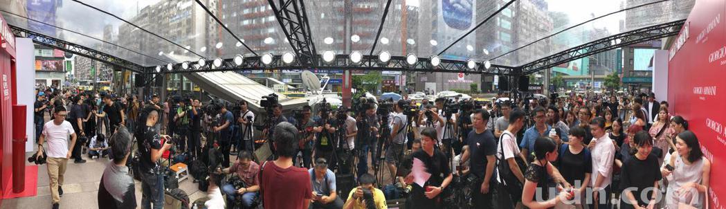 宣布結婚喜訊後,首度公開露面的藝人林志玲,下午代言活動時吸引大批媒體記者採訪。記...