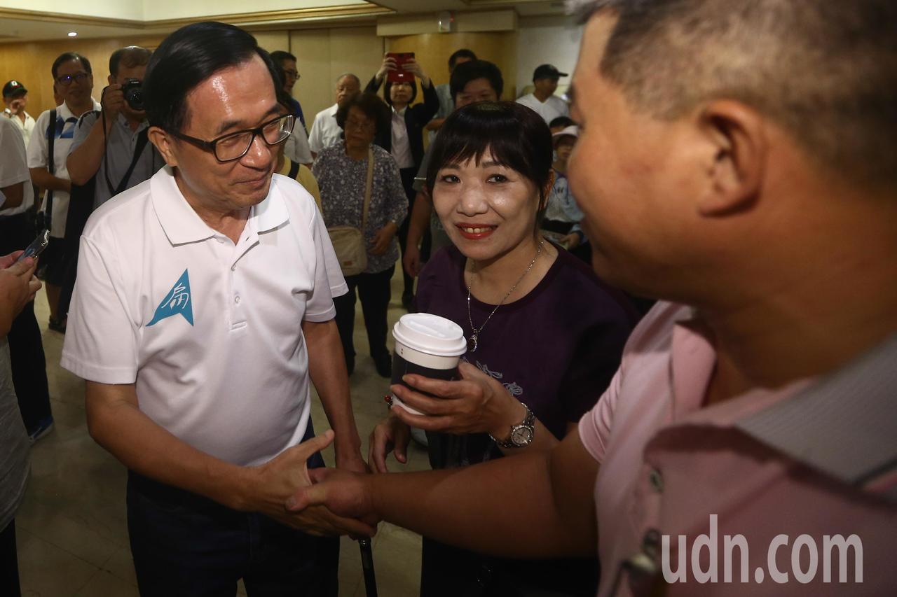 前總統陳水扁前往台中出席簽書會,與熱情的支持者握手致意。記者黃仲裕/攝影