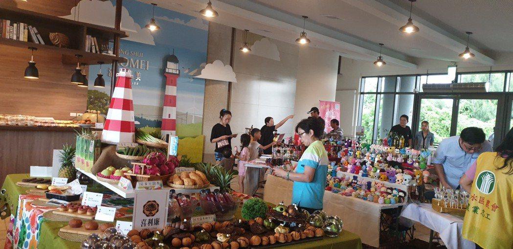 高美濕地遊客服務中心今天開幕,有小農市集和文創餐飲區。記者游振昇/攝影