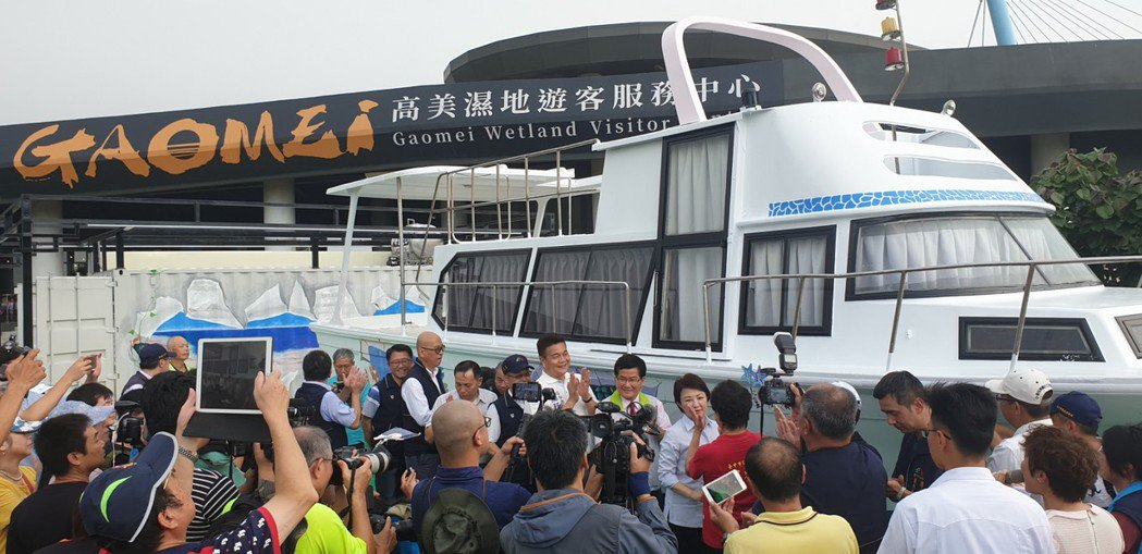 高美濕地遊客服務中心今天開幕,台中市長盧秀燕等人熱鬧參加。記者游振昇/攝影