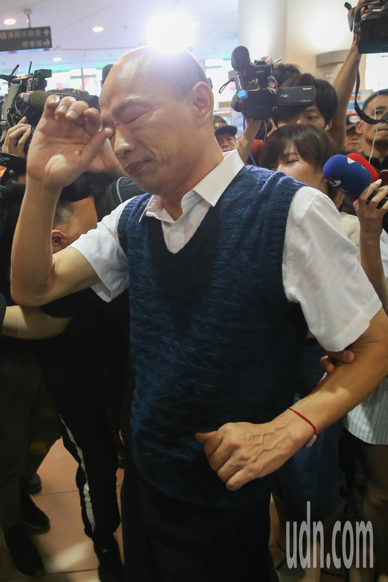 高雄市長韓國瑜下午參加高雄勞工局辦「開薪回高雄」徵才活動,會中參觀各徵才攤販,但...