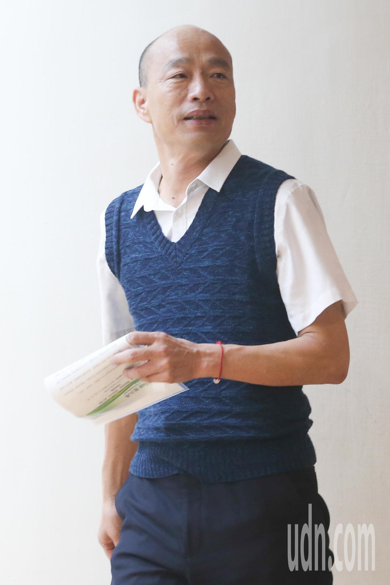 高雄市長韓國瑜下午參加高雄勞工局在台北舉辦的「開薪回高雄」徵才活動,談到走私菸的...